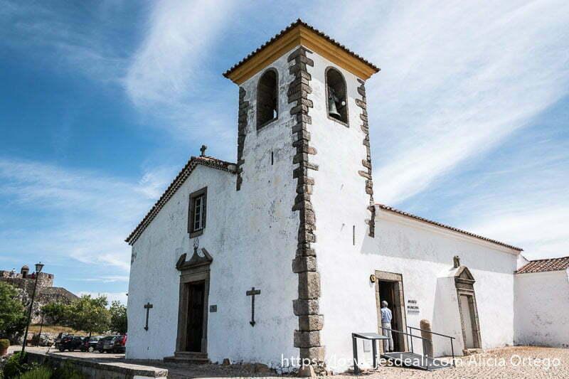 iglesia de marvao pintada de blanco con detalles en piedra de granito
