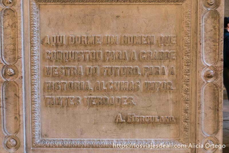 "placa donde dice ""aquí duerme un hombre que conquistó algunas importantes verdades"""