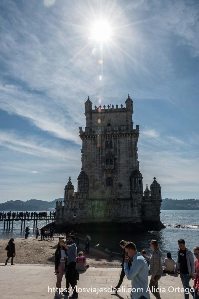 torre de belem con el sol sobre ella cayendo vertical