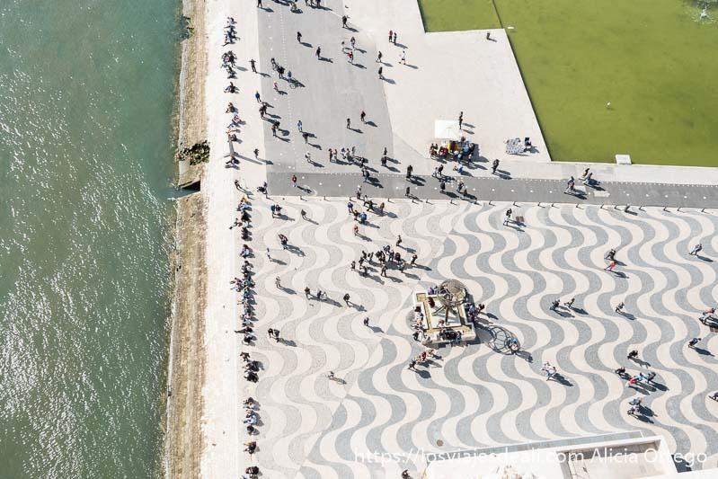 vista aérea de la gente junto a la orilla del tajo en belem
