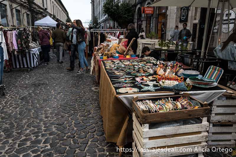 mercadillo en la calle con puestos de artesanía y ropa en factoría x