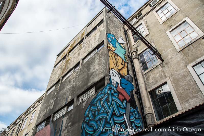 edificio industrial viejo con gran graffiti en la factoría x de lisboa