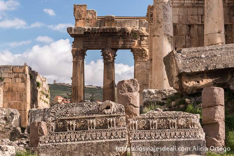 restos de techos del templo de piedra con muchos relieves florales y geométricos en baalbek