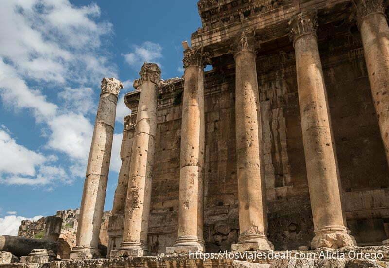 columnas del templo de baco recortándose en el cielo