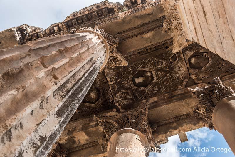 columnas gigantescas vistas desde abajo y relieves del interior del techo entre sus capiteles en las ruinas de baalbek
