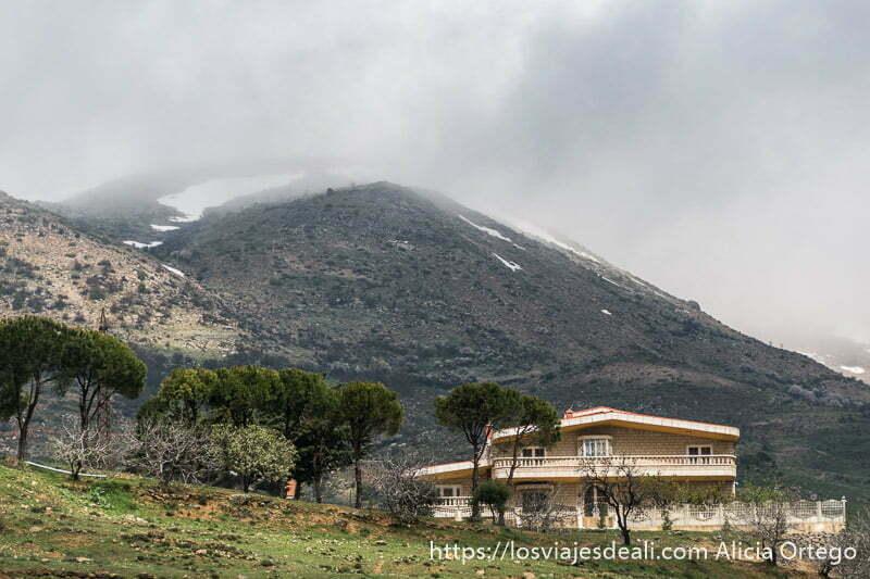 paisaje de montaña con algo de nieve y niebla en la cumbre antes de llegar al valle de bekaa
