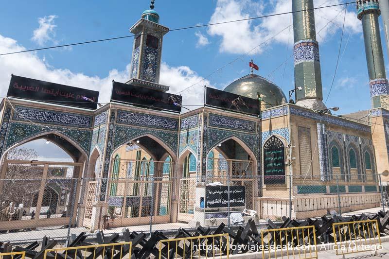 mezquita de baalbek rodeada de piezas de hierro como protección