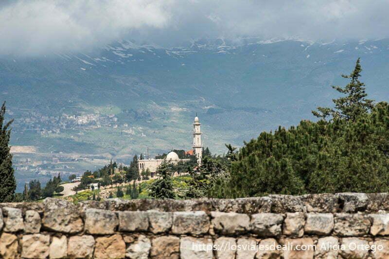 mezquita y montañas con restos de nieve en la cumbre en aanjar en el valle de bekaa