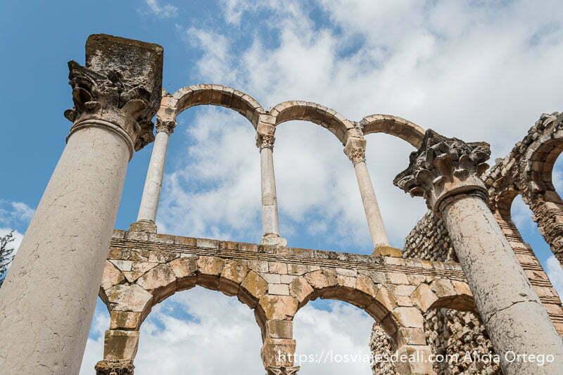 dos columnas con capiteles corintios y fila de tres arcos en dos pisos en las ruinas de aanjar