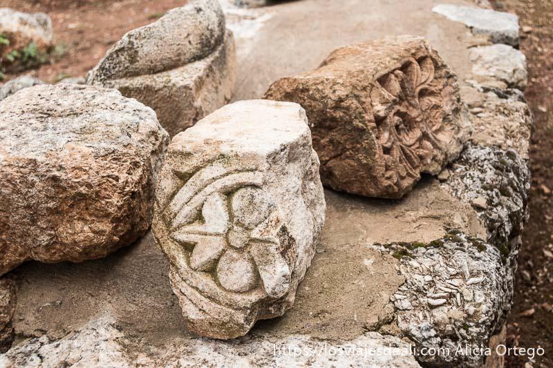 trozos de antiguas cornisas con relieves de flores y plantas en las ruinas de aanjar en el valle de bekaa
