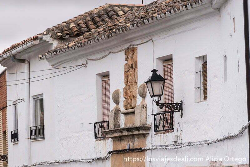 casa con escudo noble encima de la puerta en la aldea de el toboso