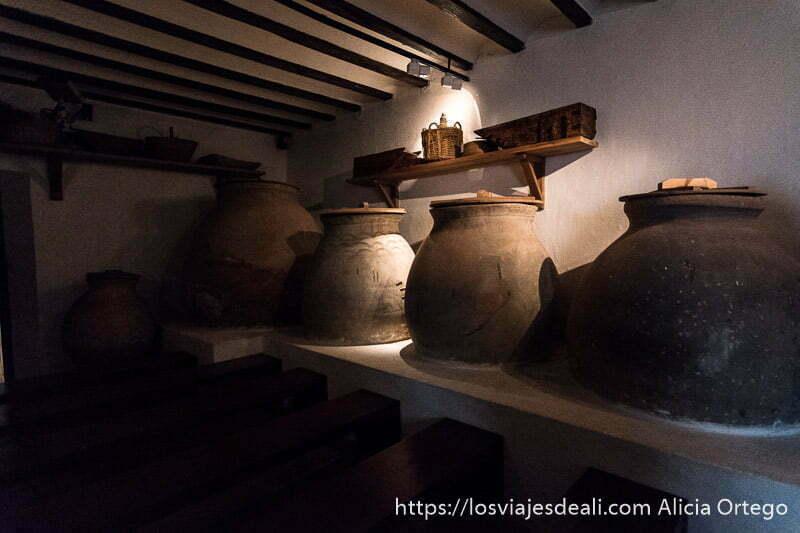 grandes tinajas con tapa de madera en la casa de dulcinea en el toboso