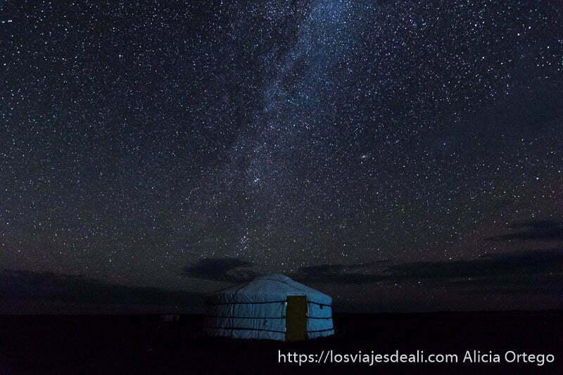 noche estrellada con tienda ger blanca y vía láctea sobre ella en el desierto del gobi