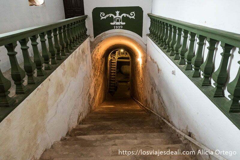 entrada a una cueva bodega de tomelloso con escaleras y un cartel que pone 1929