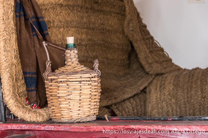 botella de vino con cubierta de paja en el museo de tomelloso