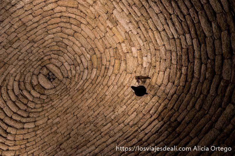 techo de un bombo hecho en forma de cúpula todo de piedra sin argamasa