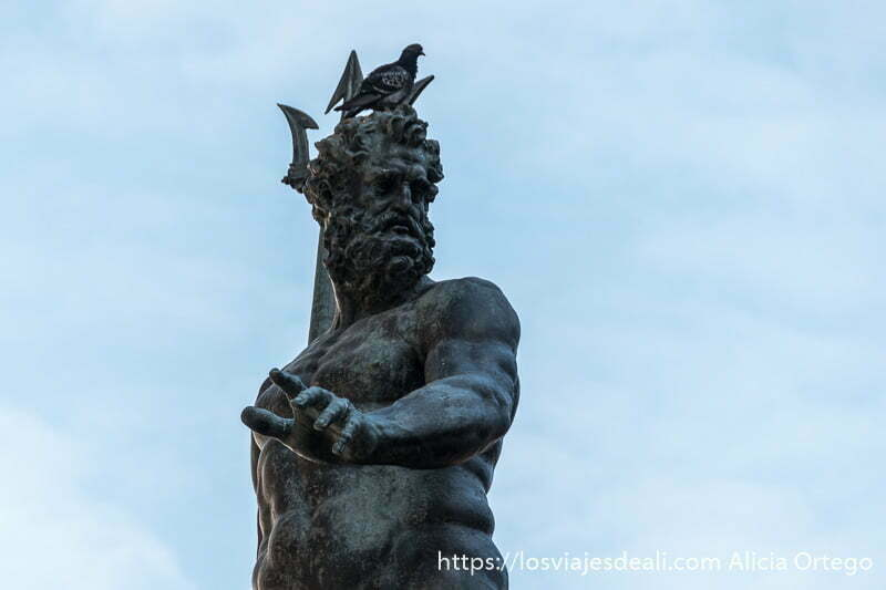 estatua de neptuno con una paloma sobre la cabeza imprescindibles de bolonia