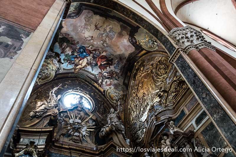 capilla de san petronio con pinturas renacentistas en el techo y adornos barrocos en las paredes imprescindibles de bolonia