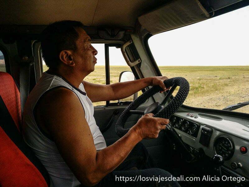 chofer de nuestro viaje a mongolia al volante
