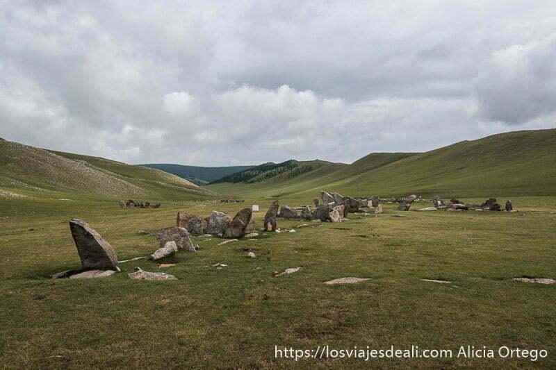 valle lleno de tumbas de la edad de bronce en el valle de orkhon