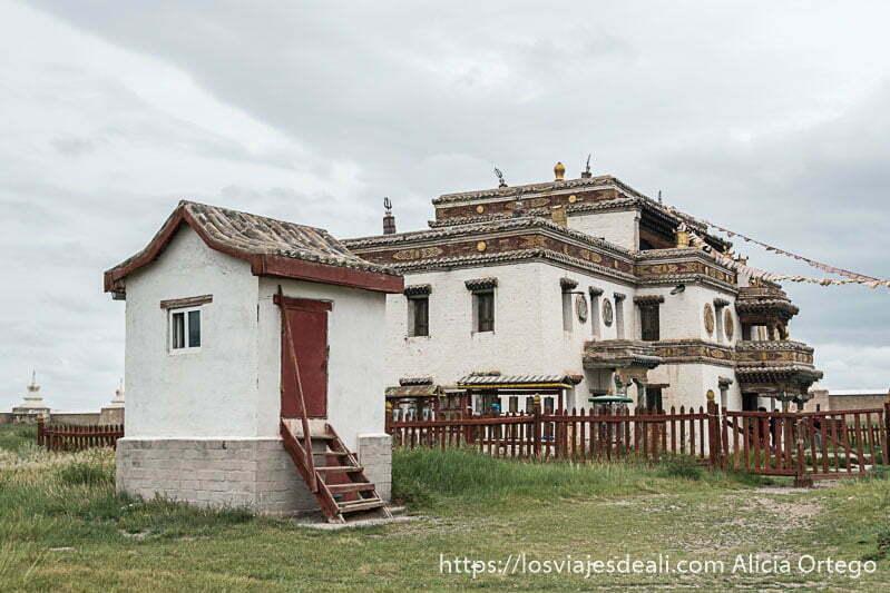 templo tibetano con tejados planos pintado de blanco y algunas decoraciones que recorren la fachada