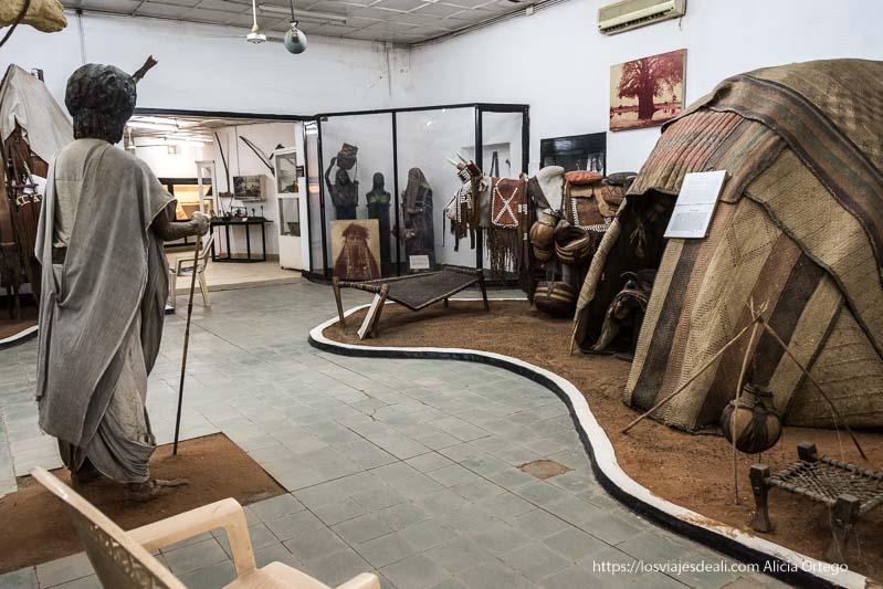 tiendas nómadas y maniquíes con vestidos tradicionales en una sala del museo etnológico de jartum