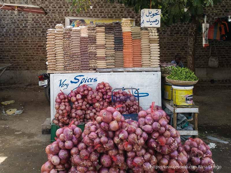 venta de cebollas en mallas y paquetes de especias en el centro de jartum