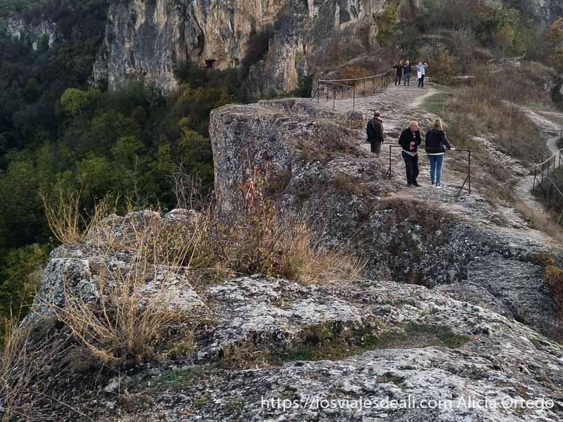 visitantes en los miradores de ivanovo rodeados de naturaleza sitio patrimonio de la humanidad de bulgaria