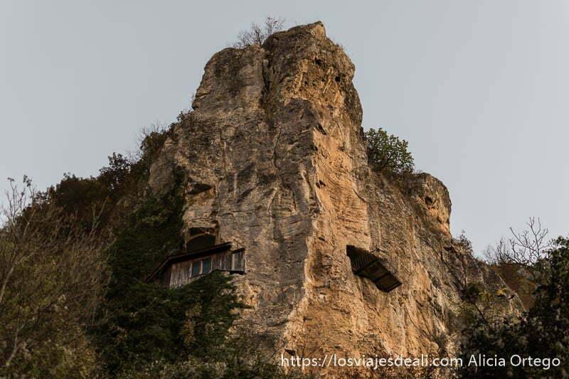 vista de la iglesia en un saliente de roca desde abajo en ivanovo sitio patrimonio de la humanidad de bulgaria
