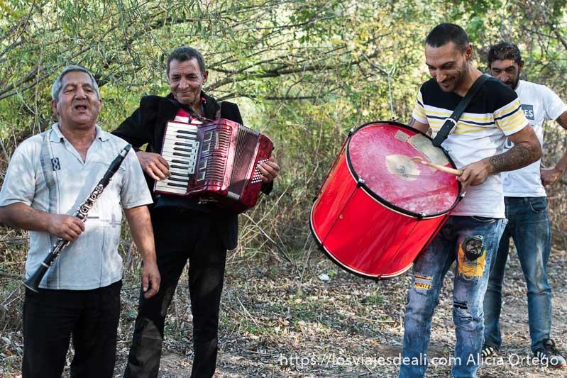 músicos gitanos de bulgaria tocando en el campo