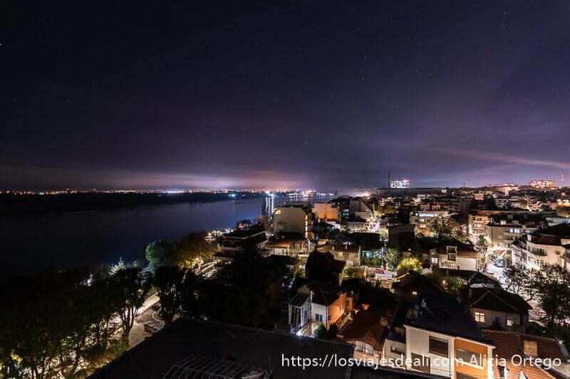 ciudad de ruse de noche con el gran río danubio