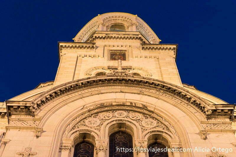 detalle del exterior de la catedral alexander nevski iluminada en sofía