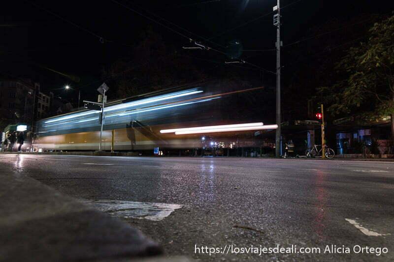 paso de un tranvía por la noche en sofía