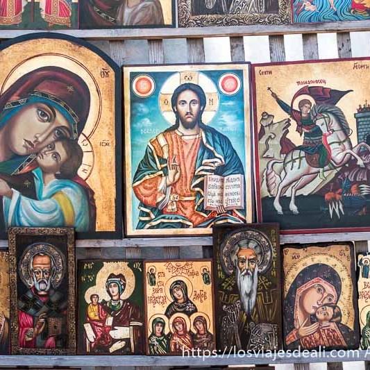 iconos ortodoxos representando a la virgen con el niño o a jesucrito, santos... en el mercadillo de sofía