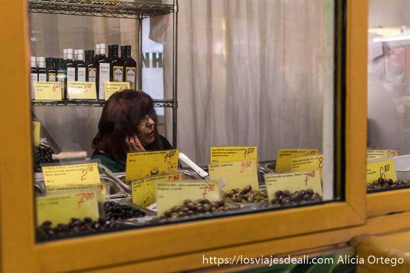 tienda de aceitunas con vendedora hablando por teléfono en sofía