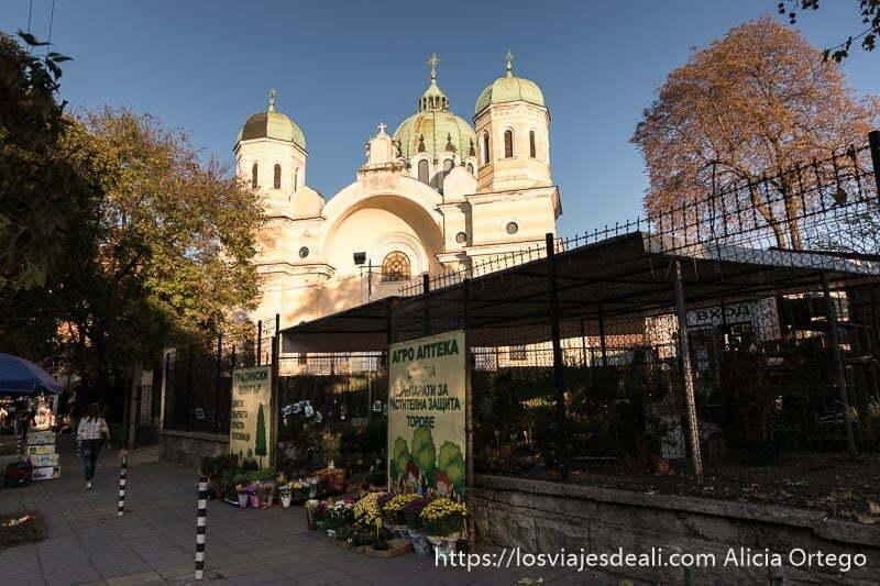 iglesia del bazar de las mujeres de sofía iluminada por el sol con tres cúpulas verdes terminadas con una cruz