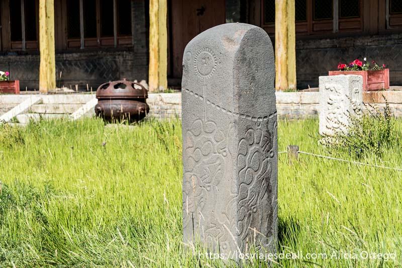 piedra grabada con sol y luna y dibujos ondulados en mongolia central