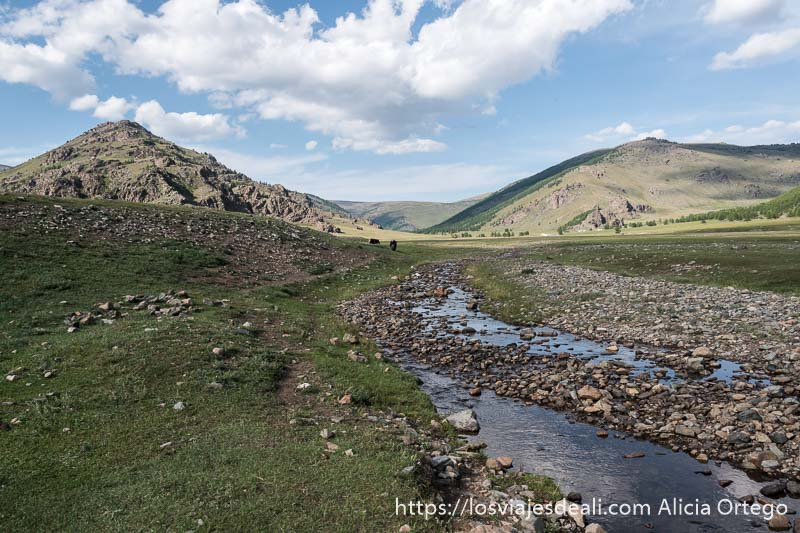 riachuelo atravesando el valle de khorgo con montañas al fondo