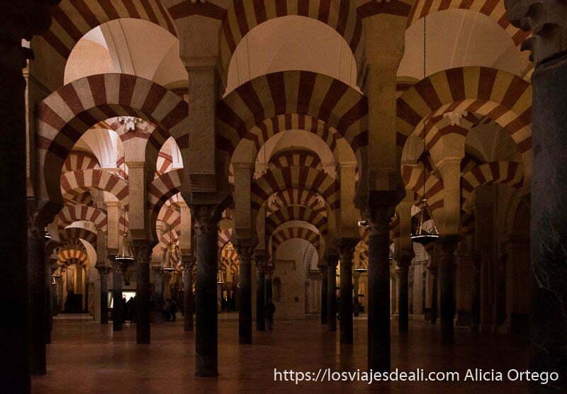 pasillos con arcos en doble hilera en vertical soportados por columnas en la mezquita de córdoba