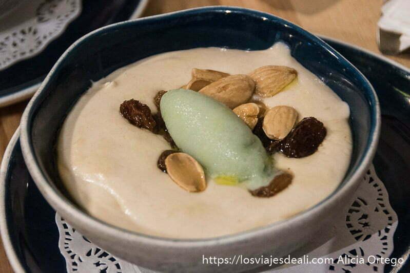 plato de mazamorra con pasas, almendras y helado de manzana