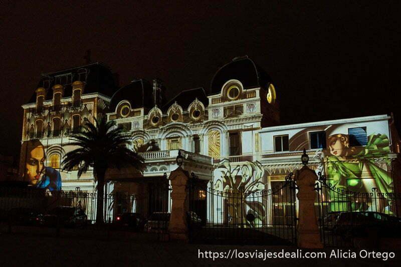 edificio del antiguo casino iluminado con figuras femeninas de los años 20 del pasado siglo en biarritz
