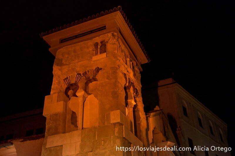 torre alminar de la iglesia de san juan iluminada por la noche