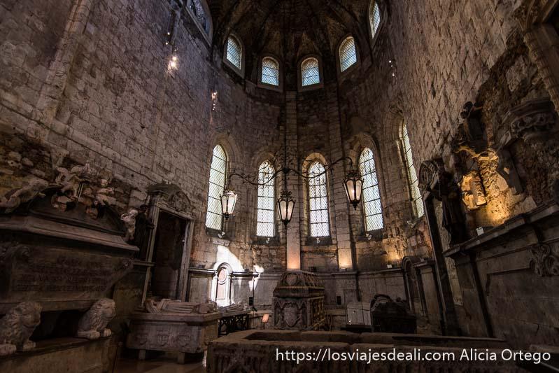 cripta con varias tumbas de piedra en el museo do carmo en el centro de lisboa