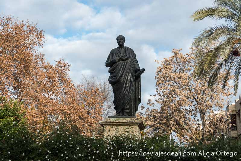 estatua de séneca rodeada de vegetación en el centro histórico de Córdoba
