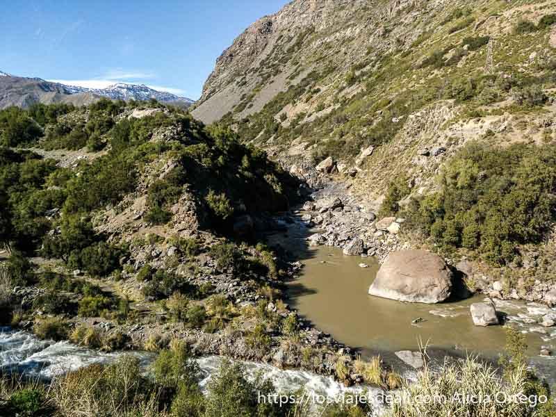 confluencia del río maipo y el yeso. Uno baja manso y el otro rápido, en la escapada al cajón del maipo
