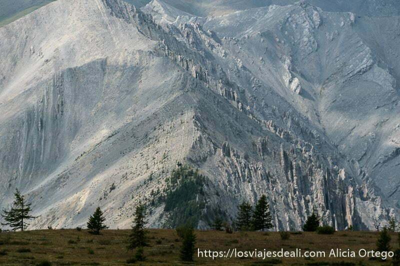 paredes de montañas con forma de triángulo todo roca gris junto al lago khovsgol