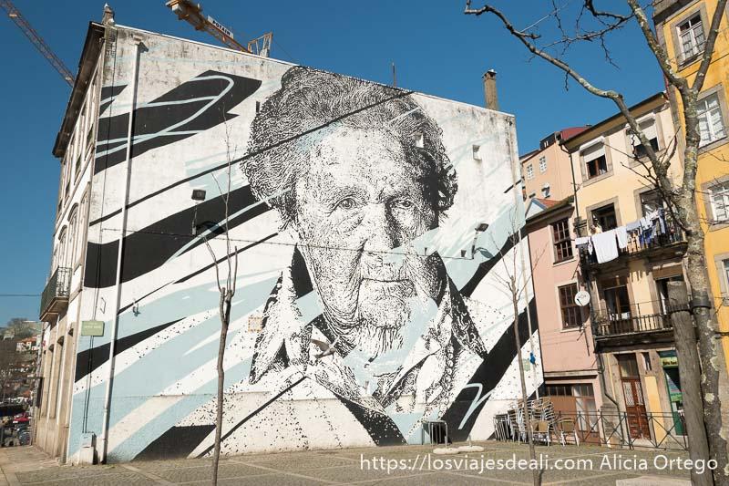gran mural donde se ve a una anciana en razones para viajar a oporto