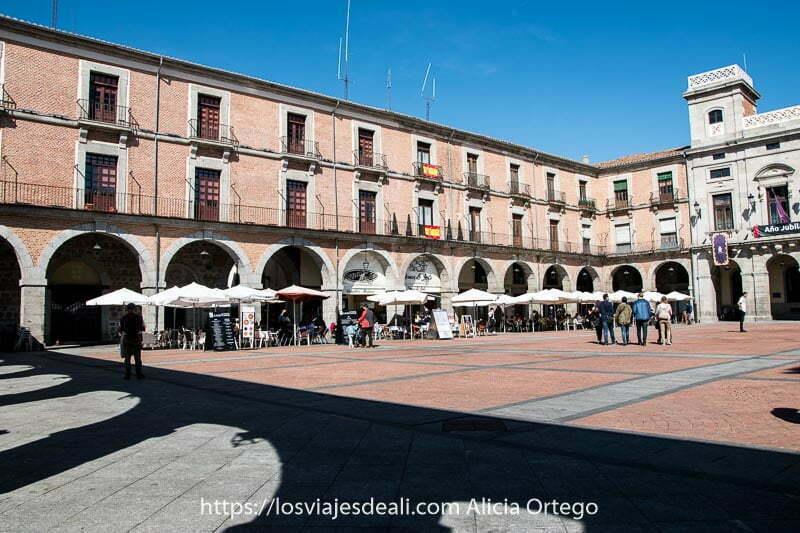 plaza mayor de Ávila con terrazas para tomar el aperitivo