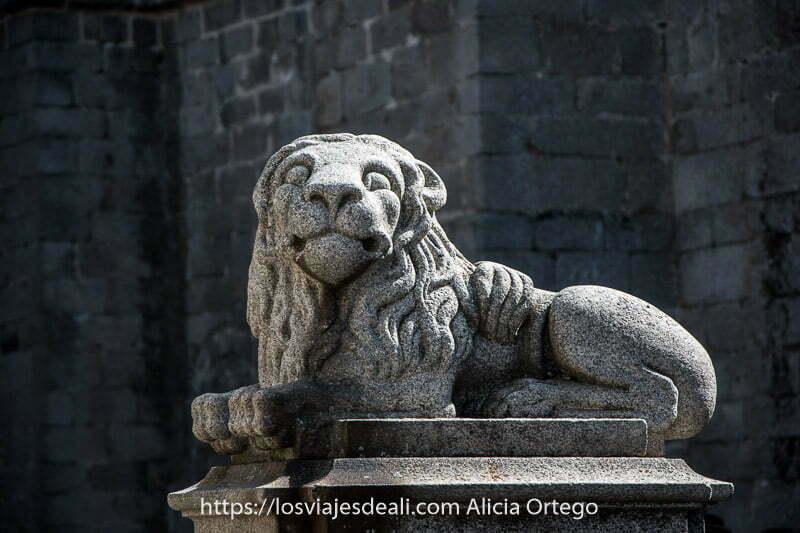 león de piedra de granito en el centro de ávila