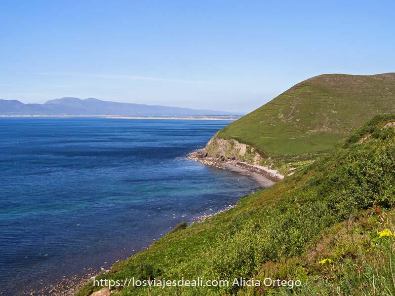 costa del Ring of Kerry con lomas verdes y aguas muy claras